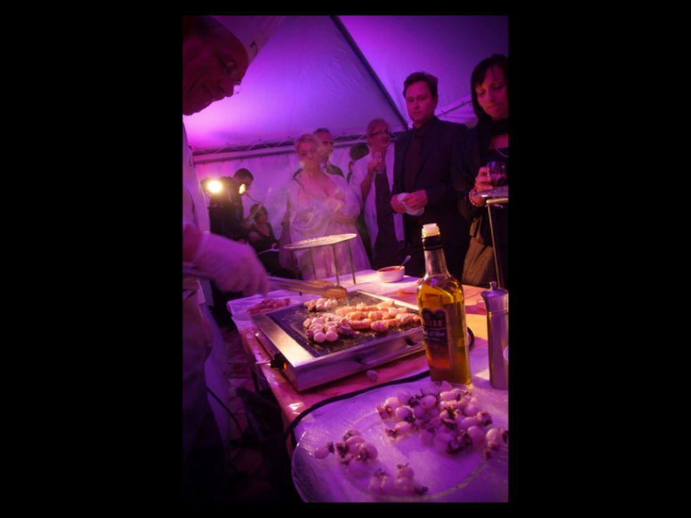 Soir e anniversaire originale table de lit a roulettes - Idee pour une soiree ...